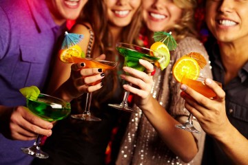 ragazze-con-cocktail-in-mano